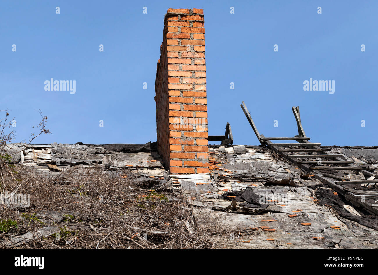 Conduit De Cheminee En Brique Rouge vieille cheminée de brique rouge sur le toit de l'ancien