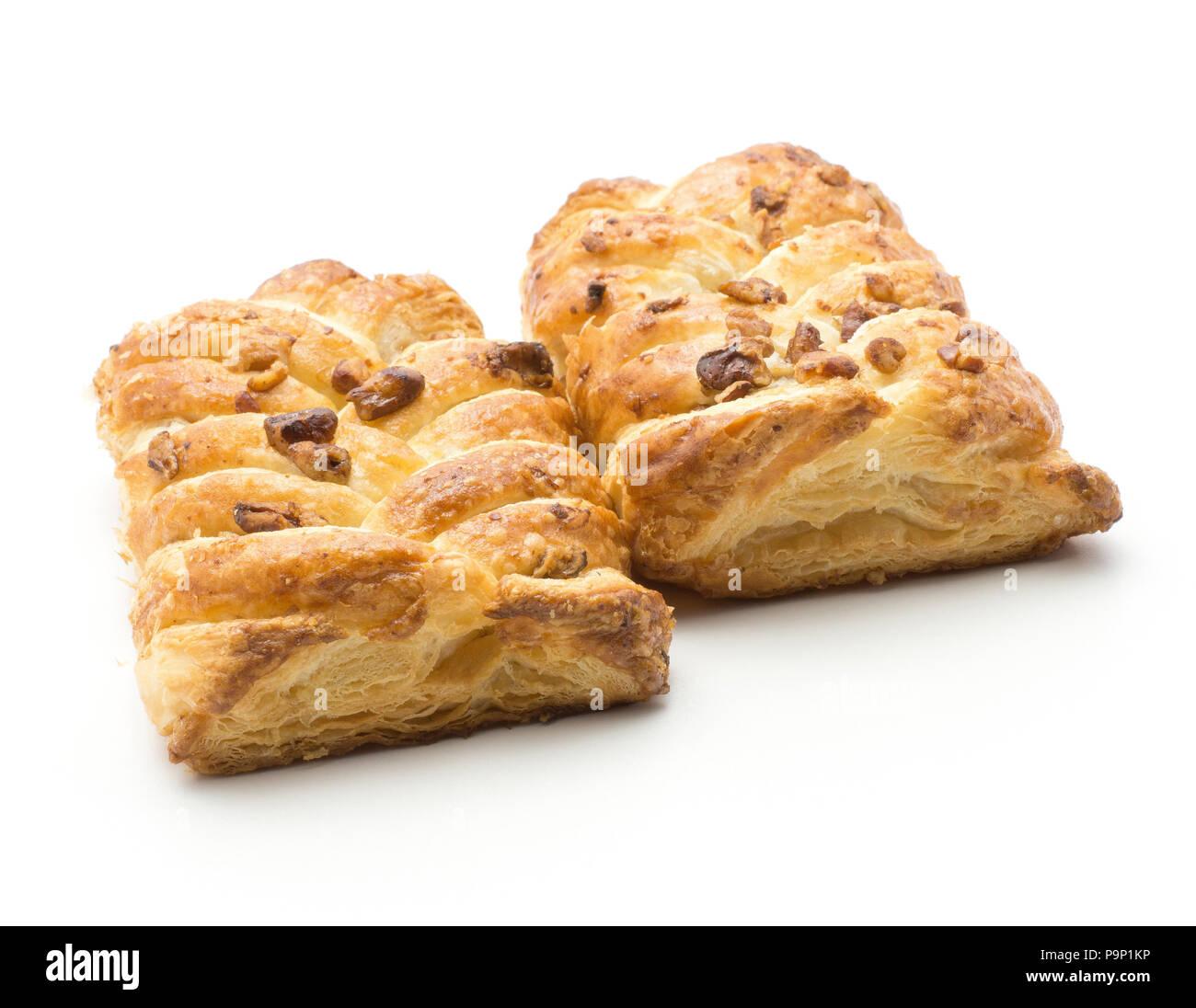 Twist paire pains isolé sur fond blanc avec l'intérieur de confiture et de noix de pécan Photo Stock