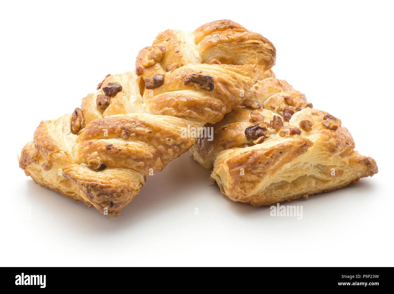 Deux pains twist isolé sur fond blanc avec l'intérieur de confiture et de noix de pécan Photo Stock