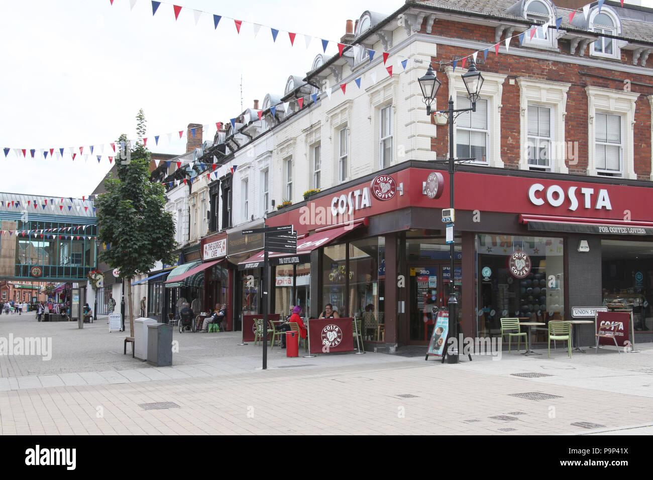 Le shopping precinct à Aldershot, ROYAUME UNI avec Costa proéminent. Photo Stock