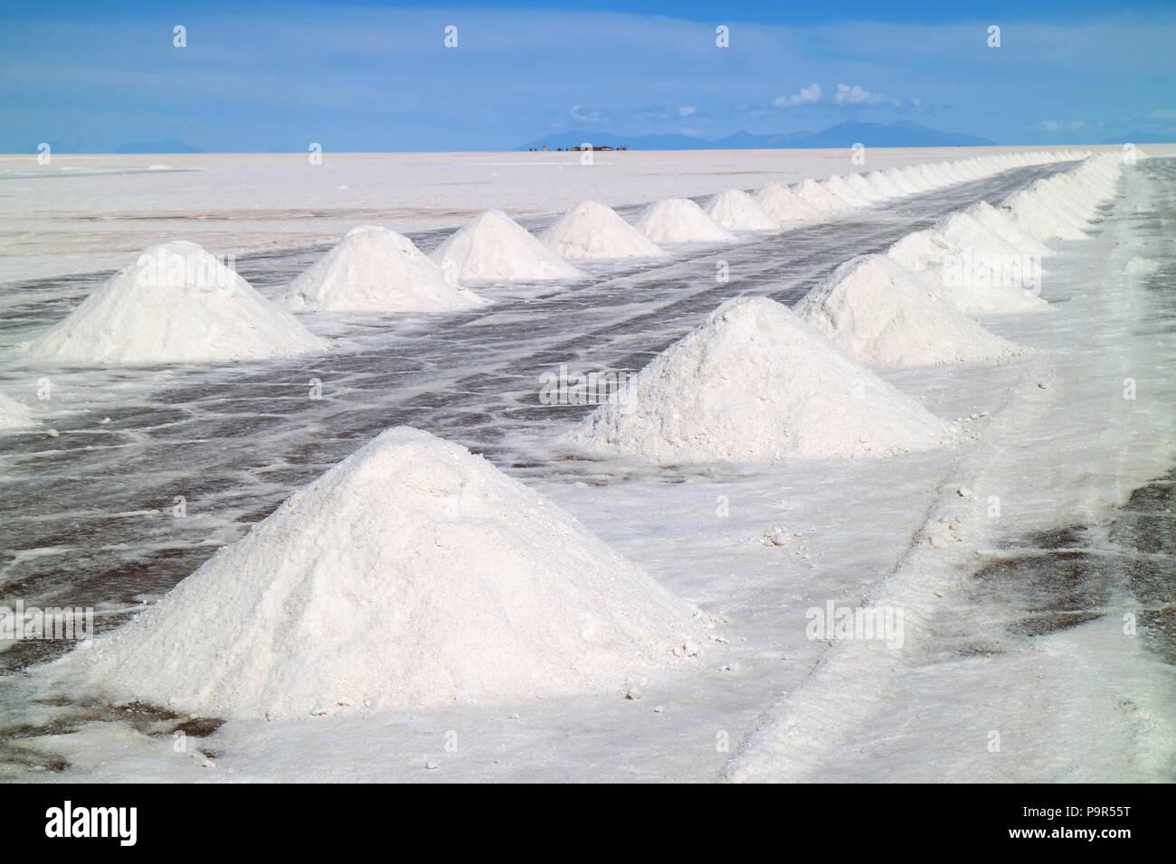 Des piles de l'assèchement du sel sur le Salar d'Uyuni ou Salar de Uyuni, Potosi, Bolivie, Amérique du Sud Photo Stock