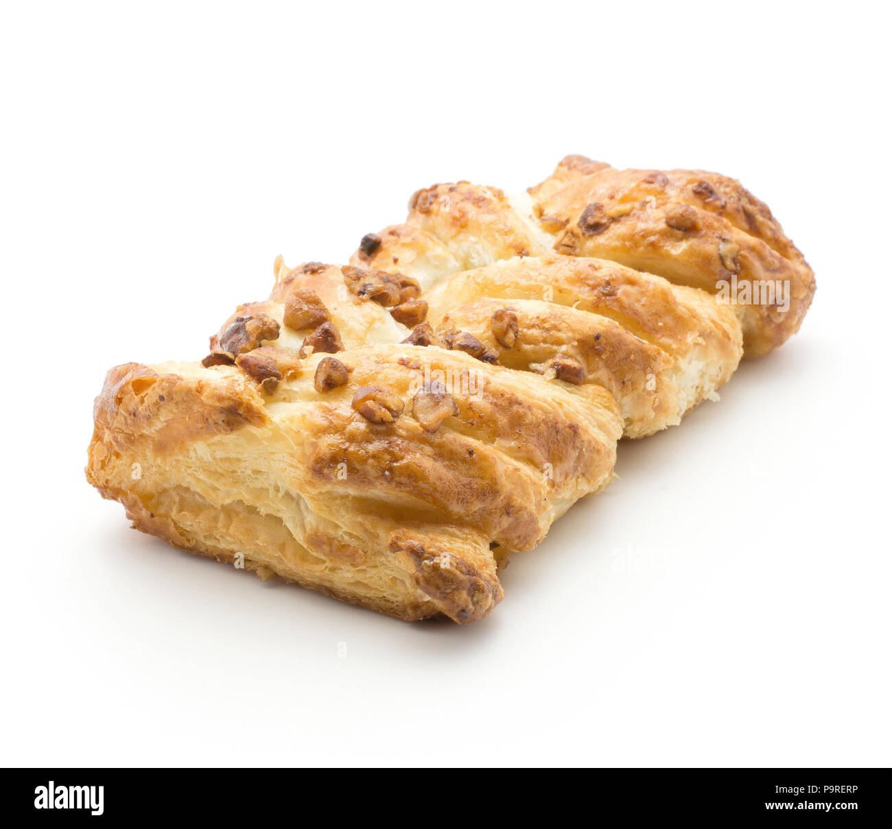 Un pain twist isolé sur fond blanc avec l'intérieur de confiture et de noix de pécan Photo Stock