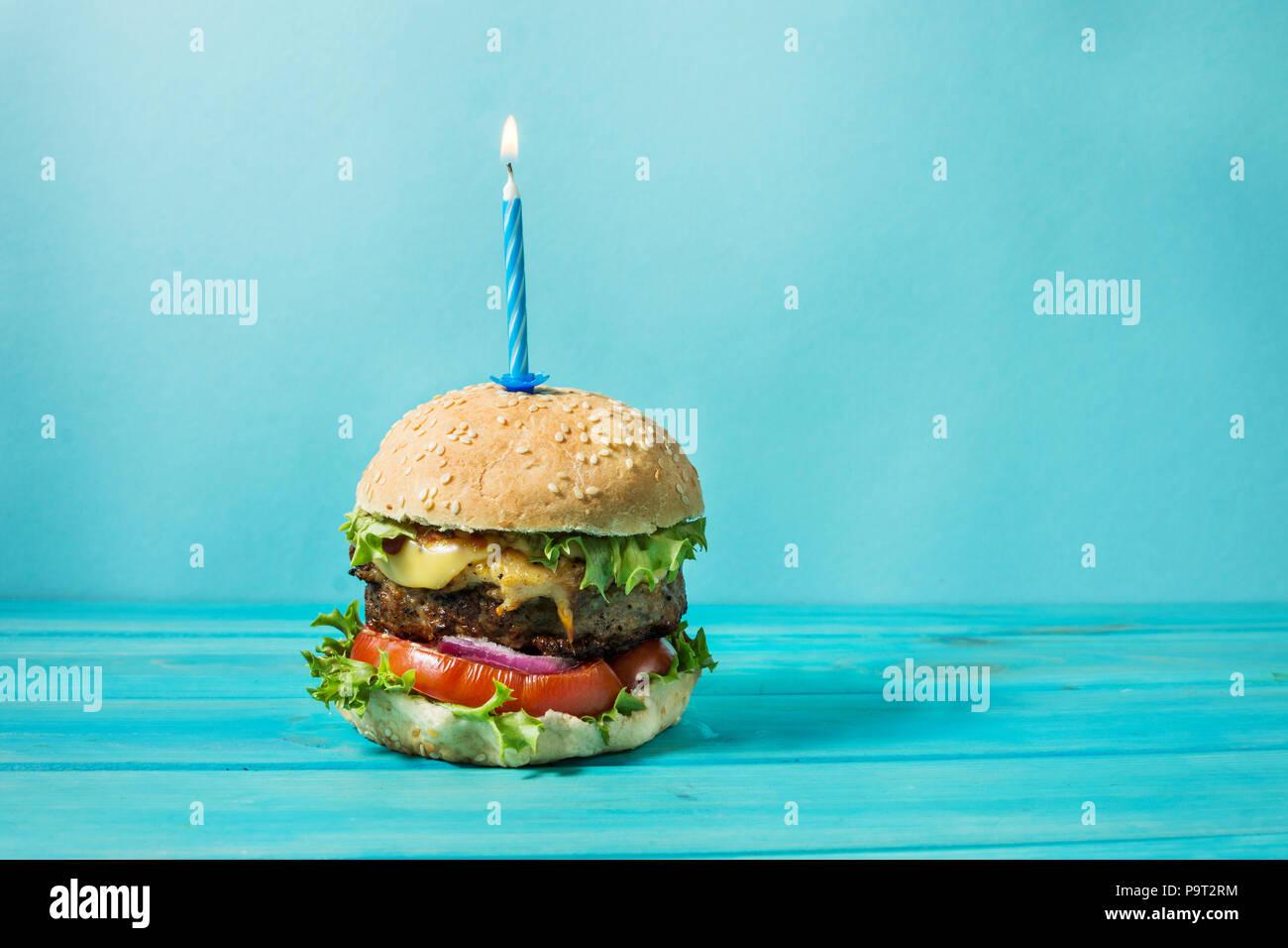 sandwich fait maison barbecue burger au boeuf et bougie allumée pour