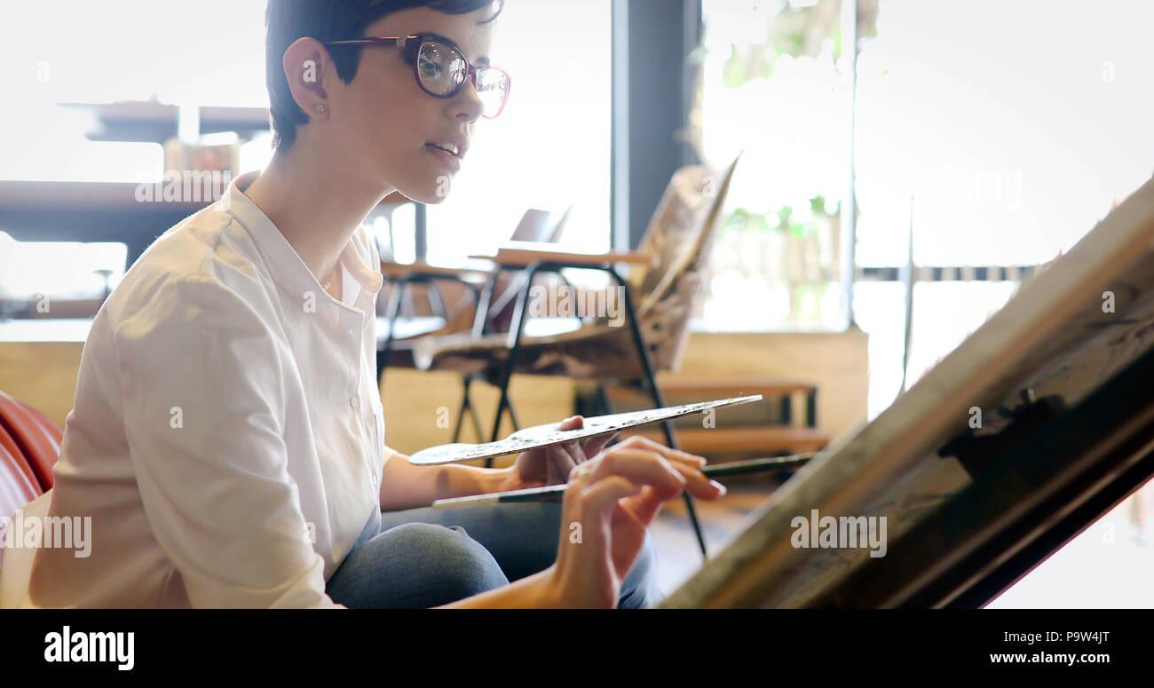 Peinture femme artiste avec palette et pinceau Photo Stock