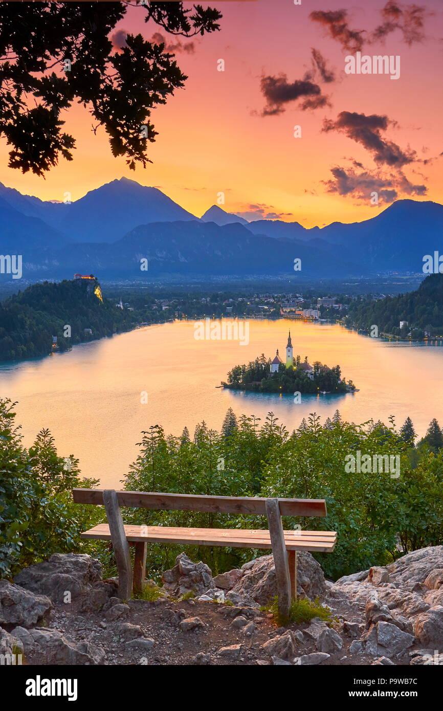 Le lac de Bled avant le lever du soleil, le parc national du Triglav, Alpes Juliennes, en Slovénie Photo Stock