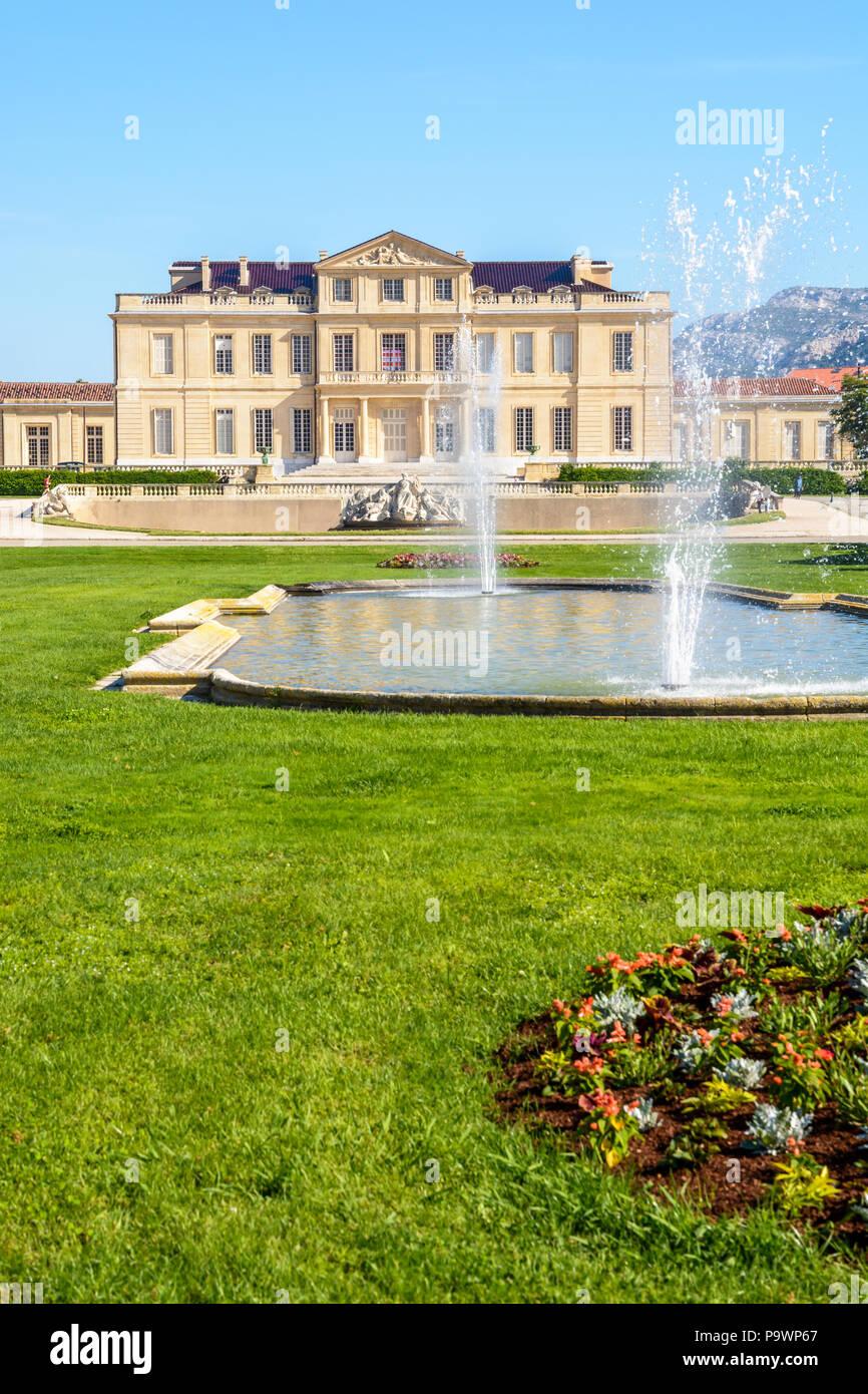 Le château Borély et son jardin à la française avec bassins, jets d ...