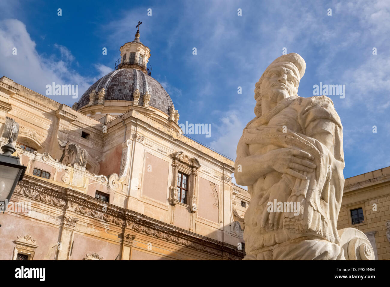 Partie de la Fontana Pretoria, Fontaine prétorienne, sur la Piazza Pretoria à Palerme, Sicile, Italie, Europe montrant Santa Caterina dome dans l'arrière-plan Photo Stock