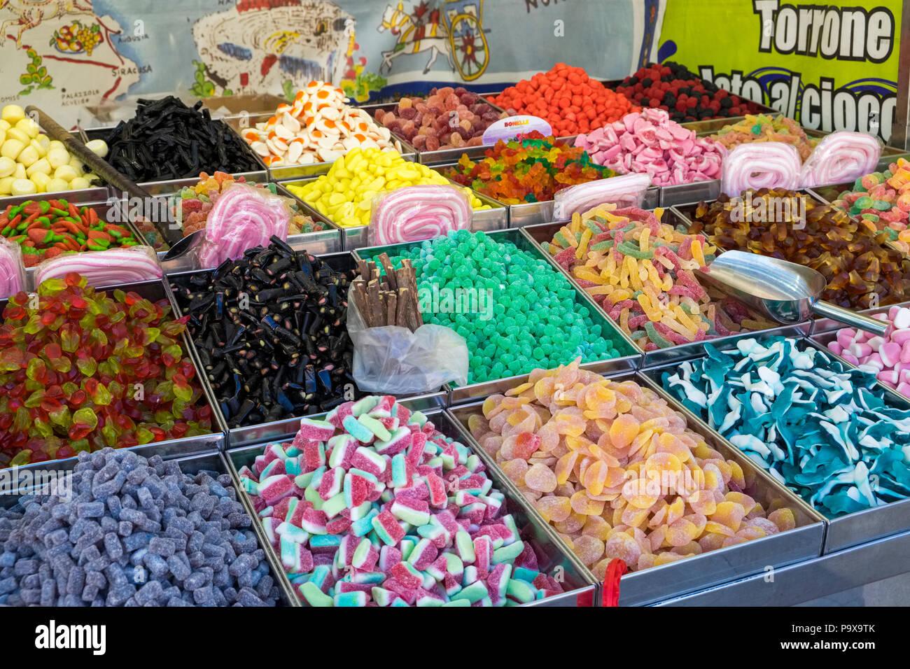 Bonbons traditionnels siciliens sur une échoppe de marché à Palerme, Sicile, Italie, Europe Photo Stock