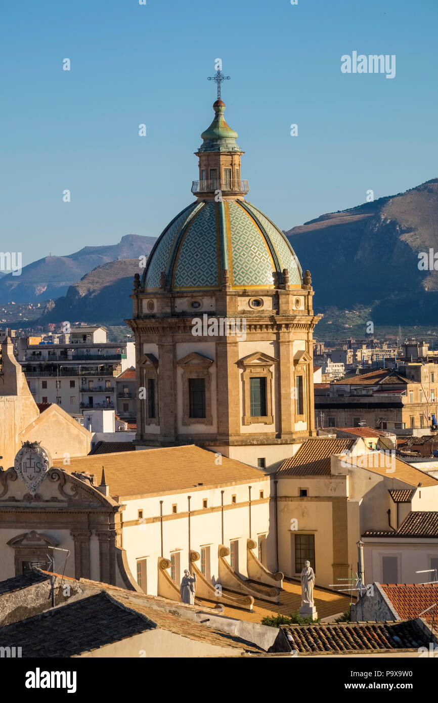 Sur les toits de la ville de Palerme, Sicile, Italie, Europe, montrant le dôme de la cathédrale de Palerme Photo Stock