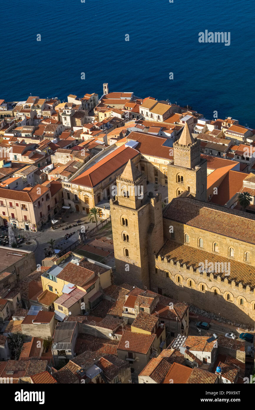 Vue aérienne des tours jumelles de la cathédrale de Cefalù, Cefalù, Sicile, Italie, Europe Photo Stock