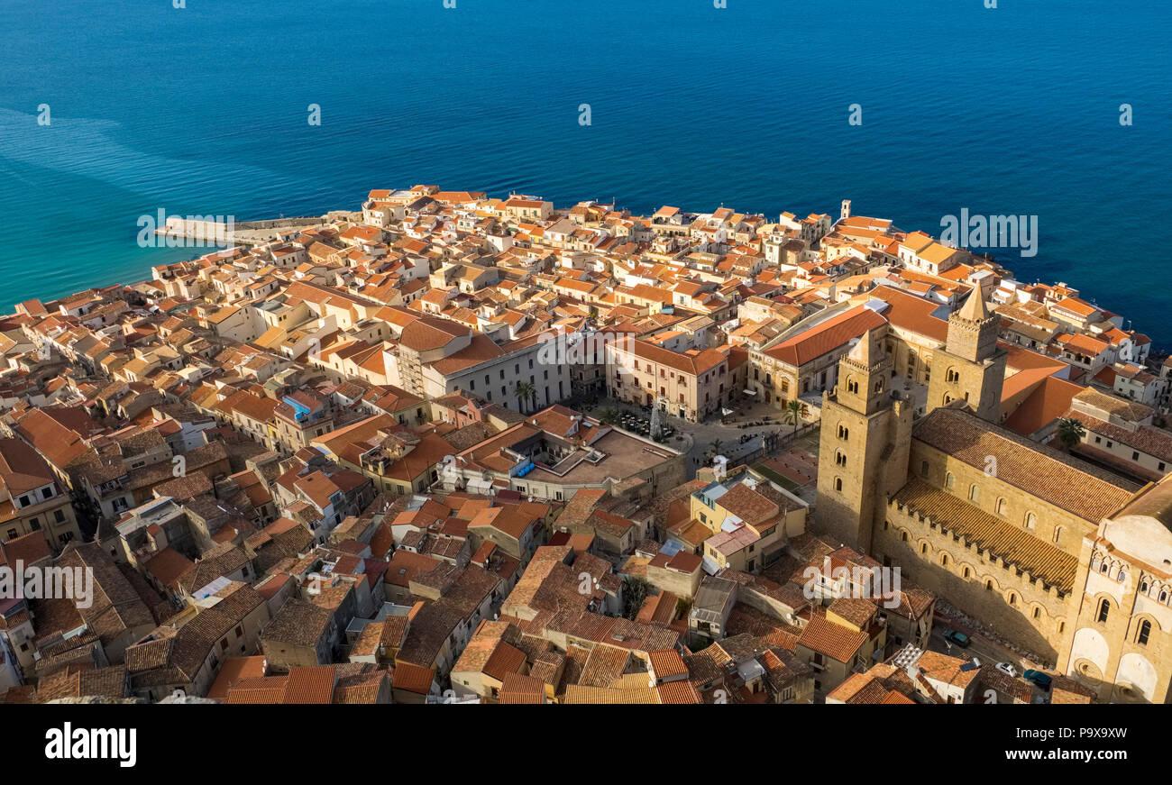 Sicile, Italie, Europe - vue aérienne de la vieille cathédrale de Cefalù et les toits rouges, Cefalu, Sicile Photo Stock