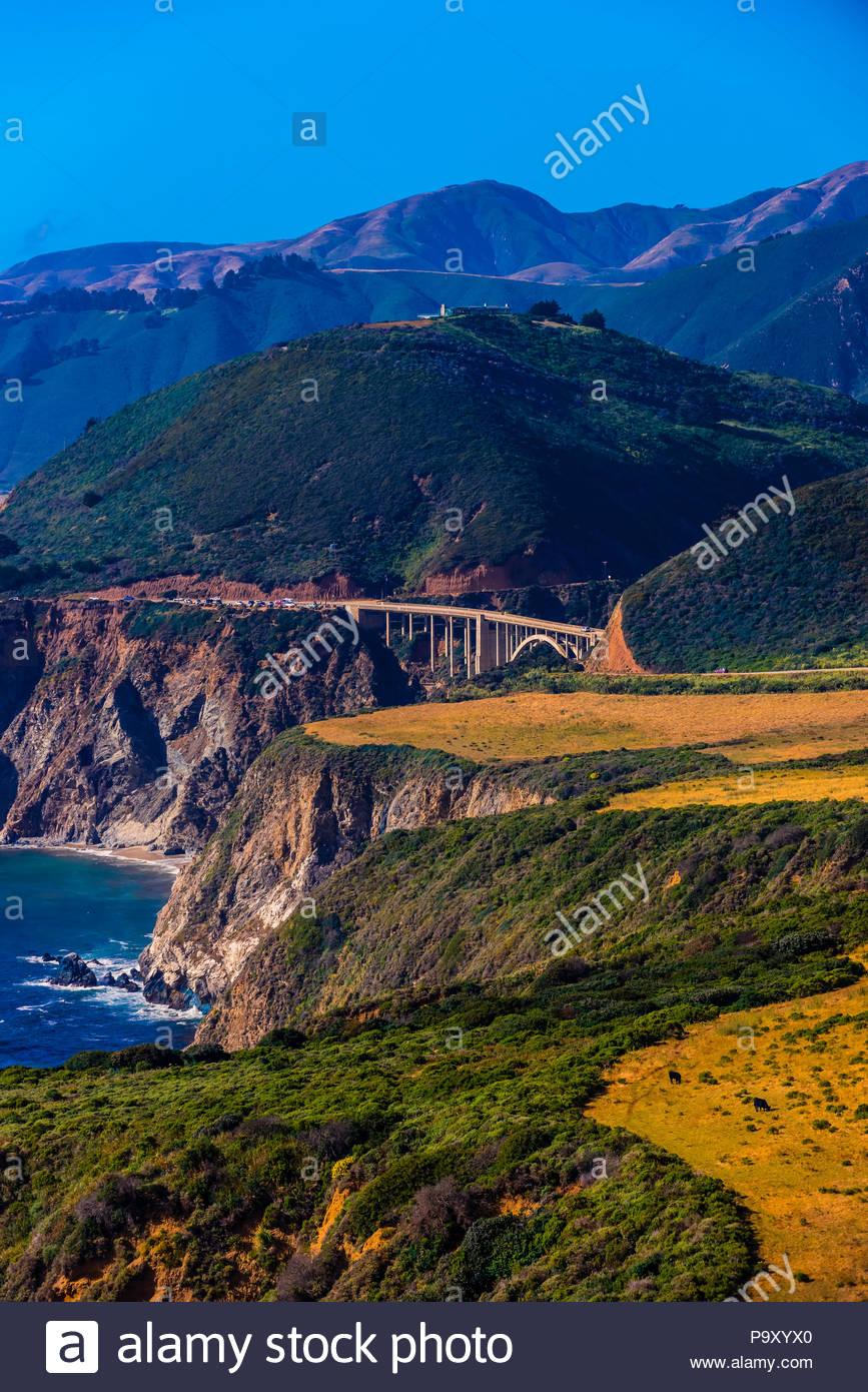 Donnant sur le pont Bixby d'Hurricane Point le long de la côte de Big Sur entre Carmel Highlands et Big Sur, Californie, États-Unis. Photo Stock