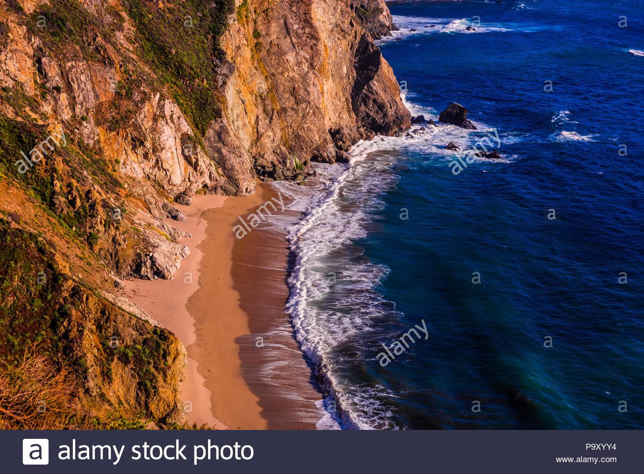 Portrait de la côte de Big Sur le point de vue de Castle Rock, entre Carmel Highlands et Big Sur, Californie, États-Unis. Photo Stock
