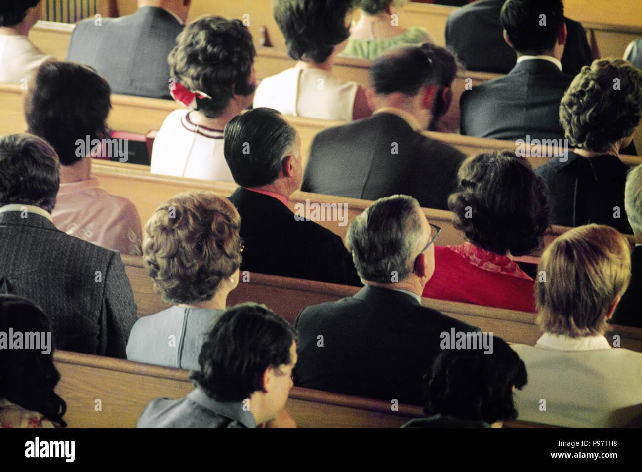 Des années 1980, LES HOMMES ET LES FEMMES ADULTES gens assis dans bancs d'église - KC002 JAC6573 PERSONNES HARS INSPIRATION s'asseoir les hommes la liberté spiritualité chrétienne CONGRÉGATION BONHEUR TÊTE ET ÉPAULES HIGH ANGLE FORCE RELIGIEUSE ET DE L'ATTENTION LE CHRISTIANISME CHOIX VUE ARRIÈRE PUISSANTE AUTORITÉ DANS LE CADRE DE BANCS D'CROYANT FIDÈLE VUE ARRIÈRE RÉTROVISEURS PEW HISPANIC ATTENTIVE Solidarité Protestante à l'ANCIENNE L'ORIGINE ETHNIQUE Photo Stock