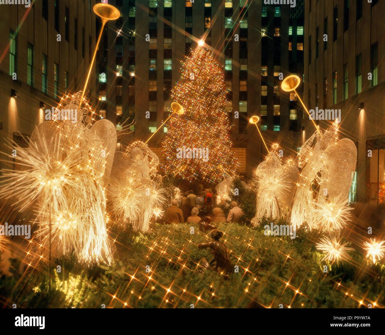 Années 1980, Rockefeller Center et l'ARBRE DE NOËL ANGES LUMINEUX NEW YORK CITY NEW YORK USA - KX10355 KRU001 HARS, NEW YORK CITY de nuit éclairé la créativité de la cinquième avenue à l'ANCIENNE STAR FILTER Photo Stock
