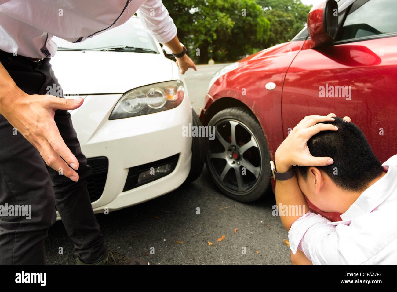 Accident de voiture sur la route ,attendre sinistre . Concept d'indemnité . Photo Stock