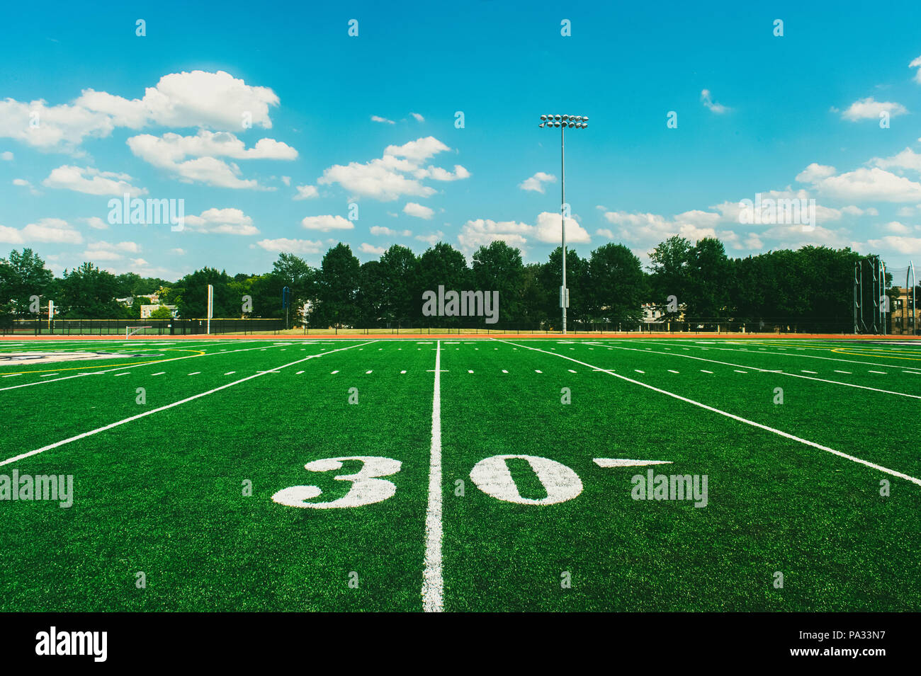 30 Cour Ligne sur American Football Field and blue sky Photo Stock
