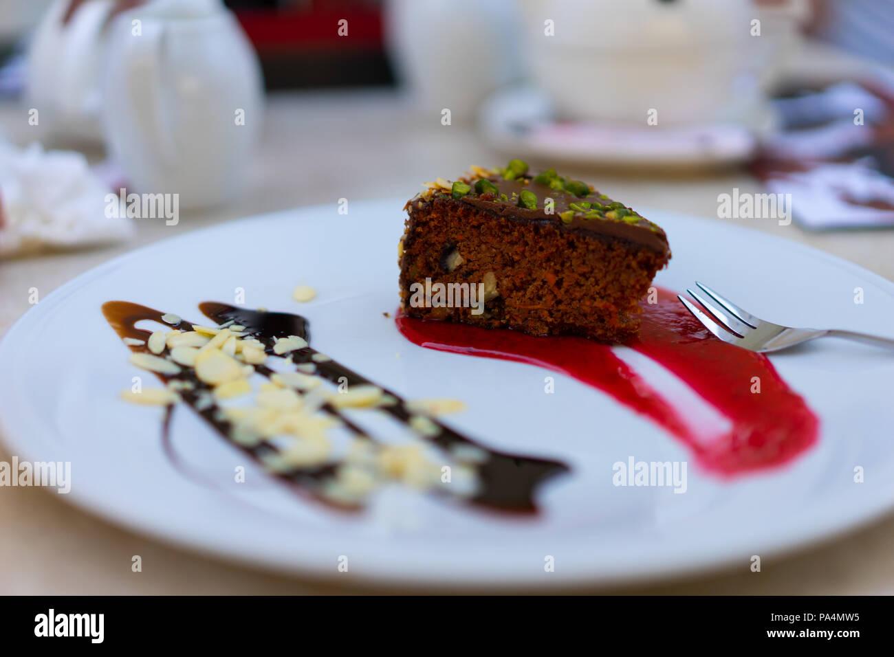 Style polonais avec amandes au chocolat Gâteau aux carottes et aux fraises tourbillon de chocolat. Photo Stock