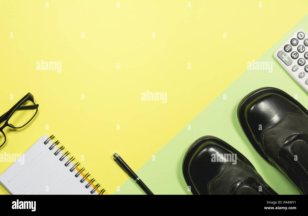 Ordinateur portable blanc vide avec des fournitures de bureau sur