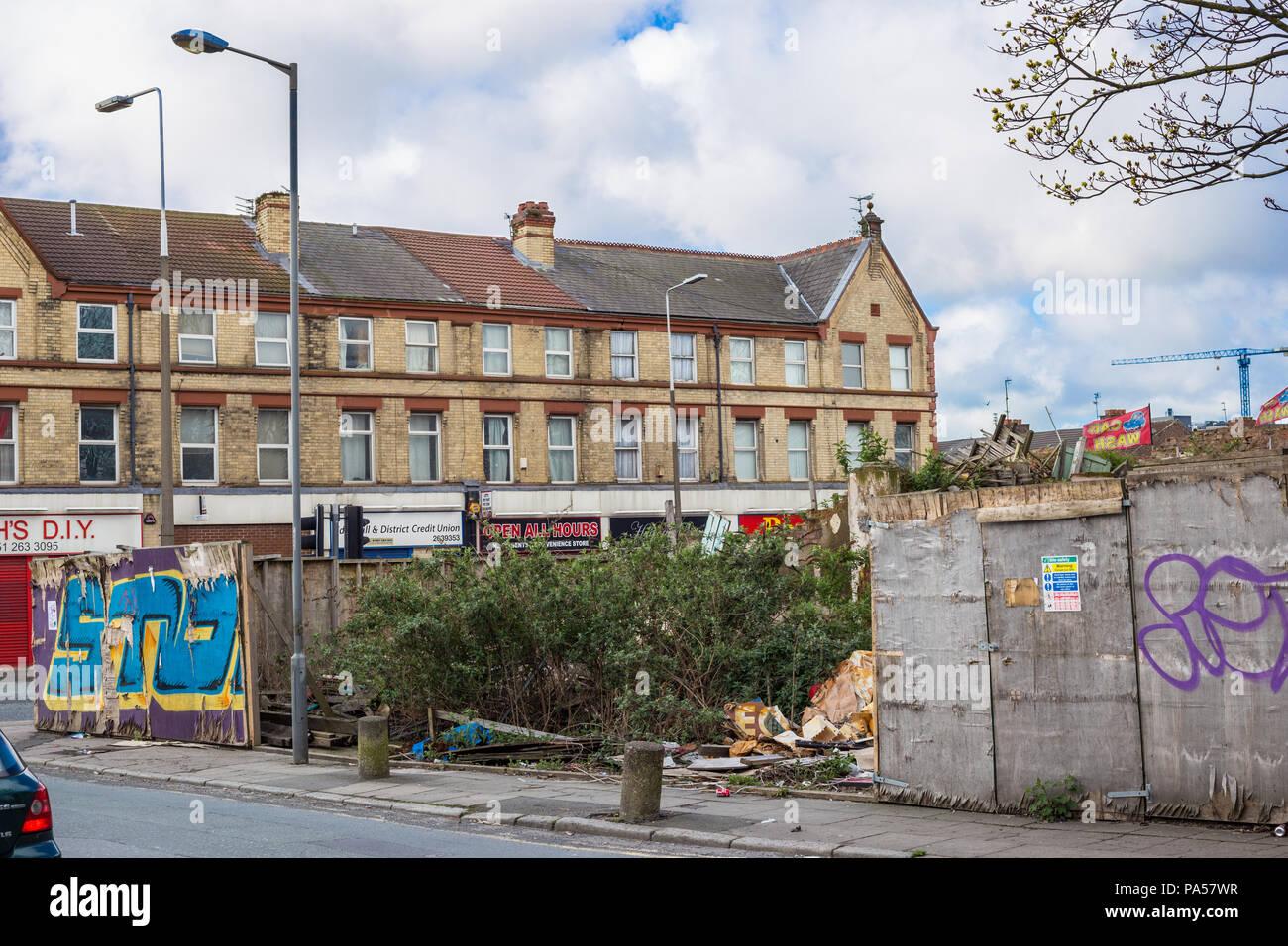 Terrain envahi par la dégradation urbaine, montrant les bâtiments délabrés et graffiti Banque D'Images