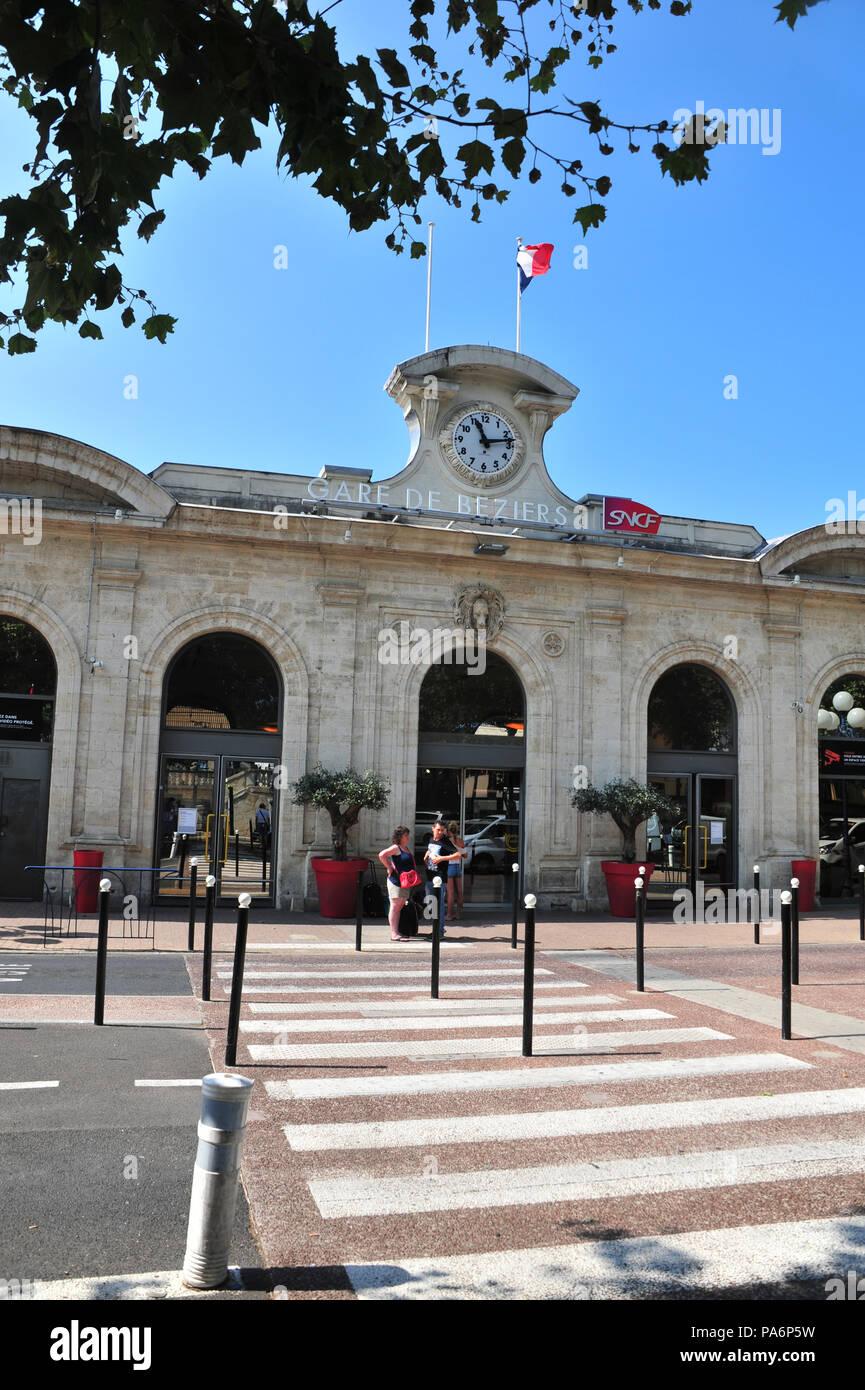 Les passagers qui arrivent à la gare de Béziers Photo Stock