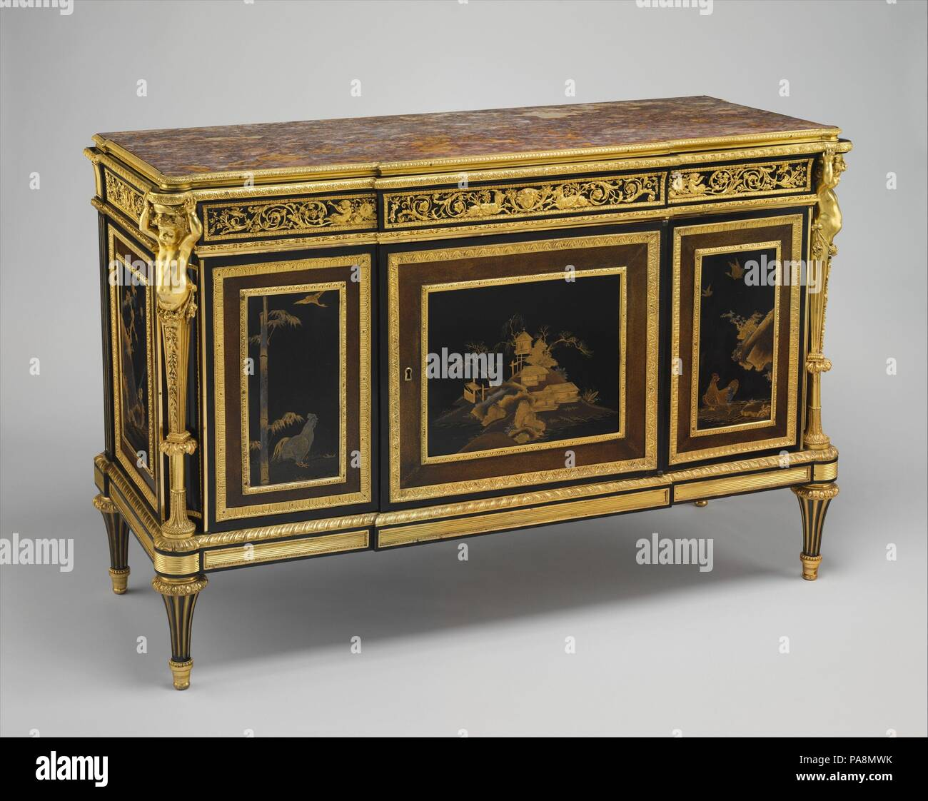 Commode à vantaux (Commode) (partie d'un ensemble). Culture: français, Paris. Dimensions: H. 38-3/8 in. (97,5 cm); W. 58-5/8 in. (148,9 cm); D. 22-1/4 in.(56,5 cm). Bouilloire: Adam Weisweiler (Français, 1744-1820). Date: ca. 1790. Le 7 octobre 1790, de nombreux membres de la famille royale et les aristocrates étaient réunis à Francfort pour assister au couronnement de Léopold II en tant que saint empereur romain. Ferdinand IV (1751-1825), roi de Naples, a été parmi ceux qui sont présents pour cet événement solennel. Le nouveau marié à sa sœur, Maria Carolina, Ferdinand était le frère-rin-loi des deux Léopold et Marie-Antoinette. À cette époque de la Banque D'Images