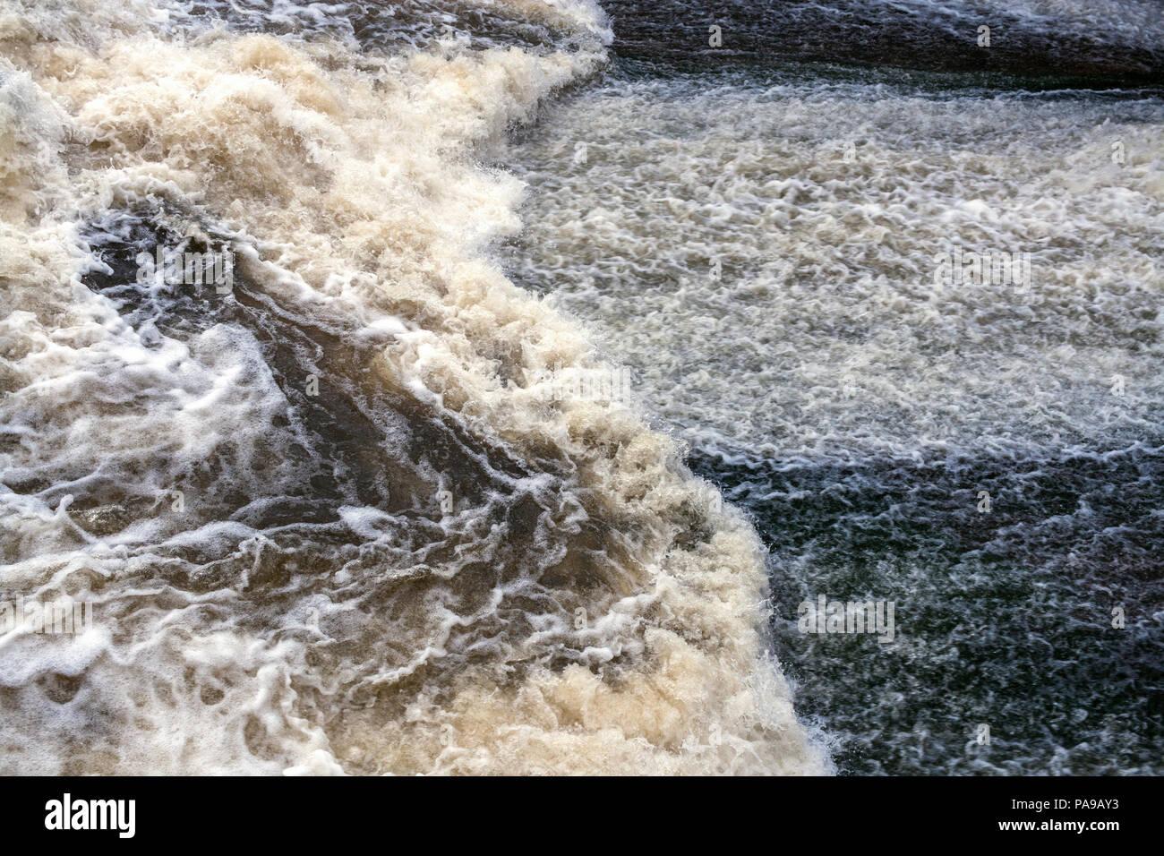 Flux puissant d'écume bouillonnante de l'eau. Focus sélectif. Banque D'Images