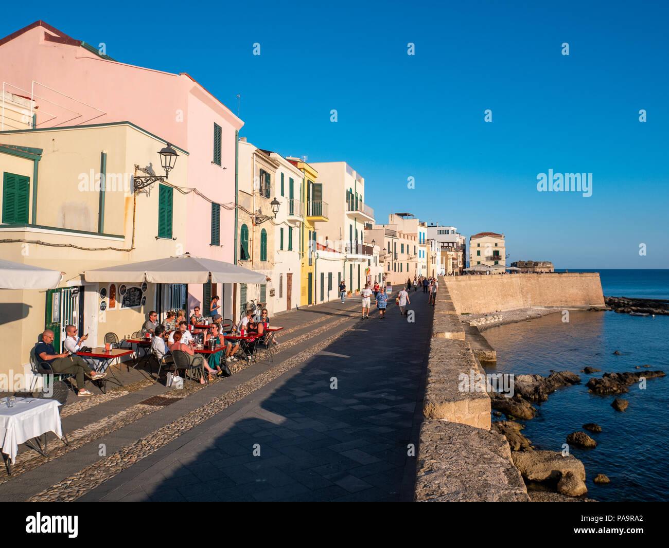 Bar au bord de l'eau sur la promenade, Alghero, Sardaigne, Italie Photo Stock