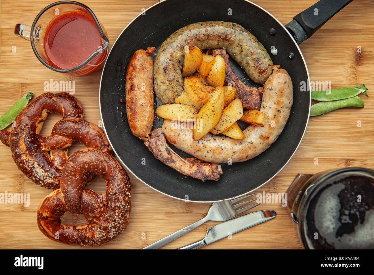 Grill saucisses dans une poêle en fonte Photo Stock