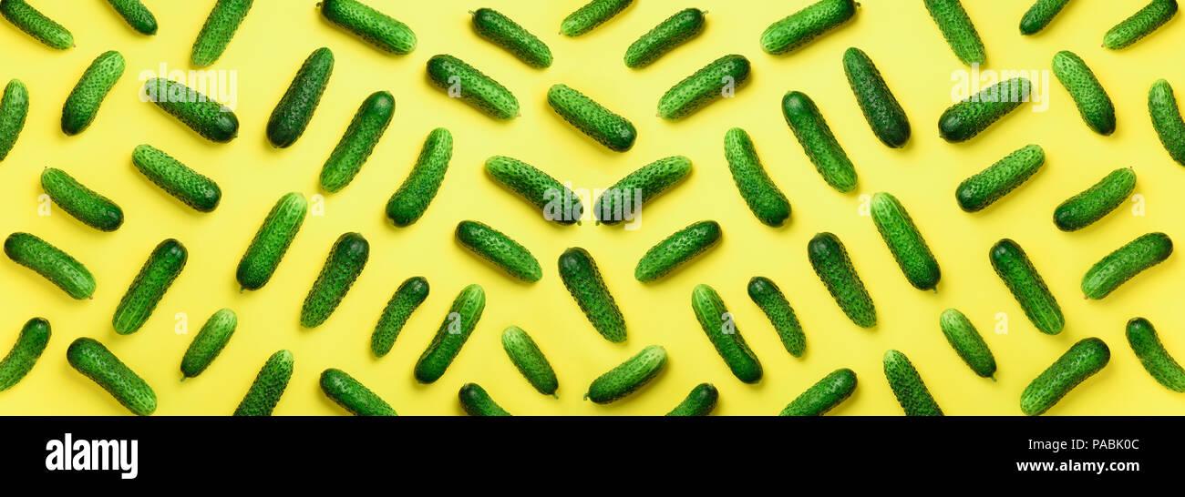 Tendance créative de concombres frais vert sur fond jaune. Vue d'en haut. Copier l'espace. Minimaliste. Végétariens, végétaliens, les aliments biologiques et alcalines mea Photo Stock