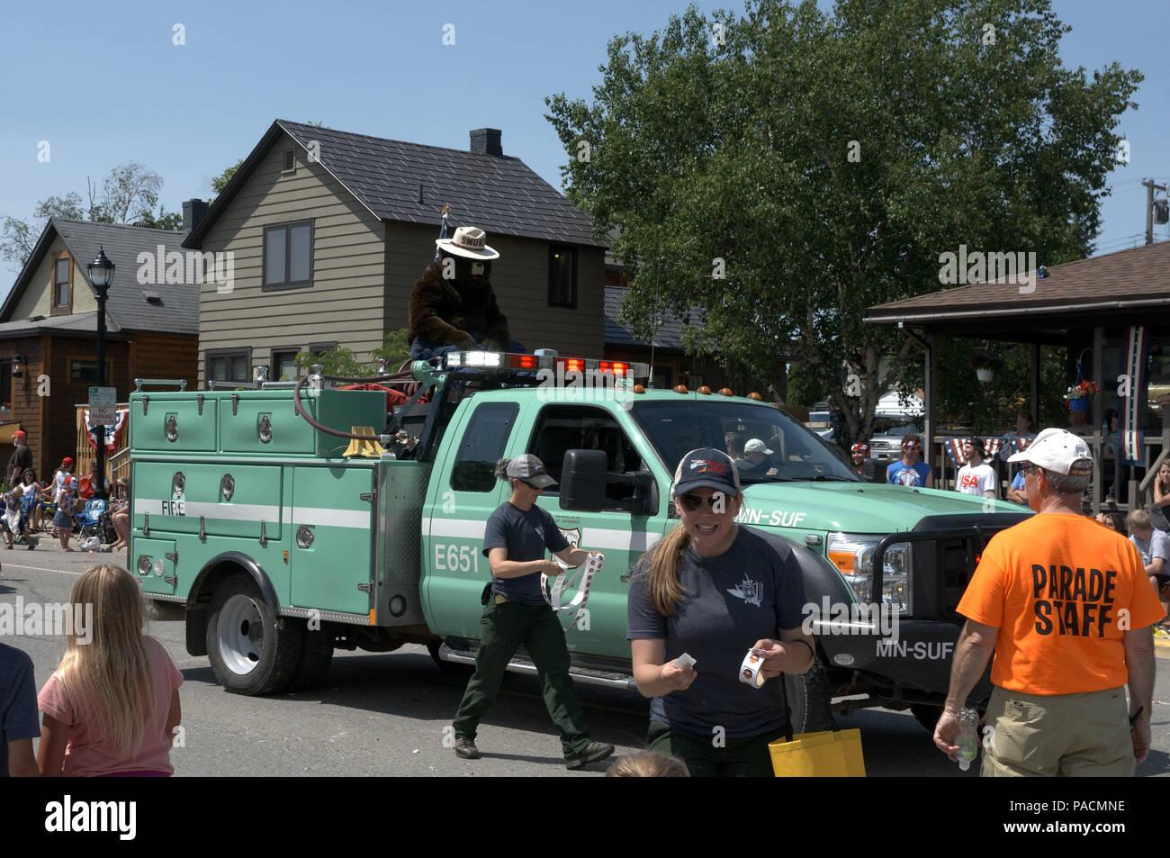 Un camion US Forest Service dans un défilé du 4 juillet avec l'ours Smokey Banque D'Images