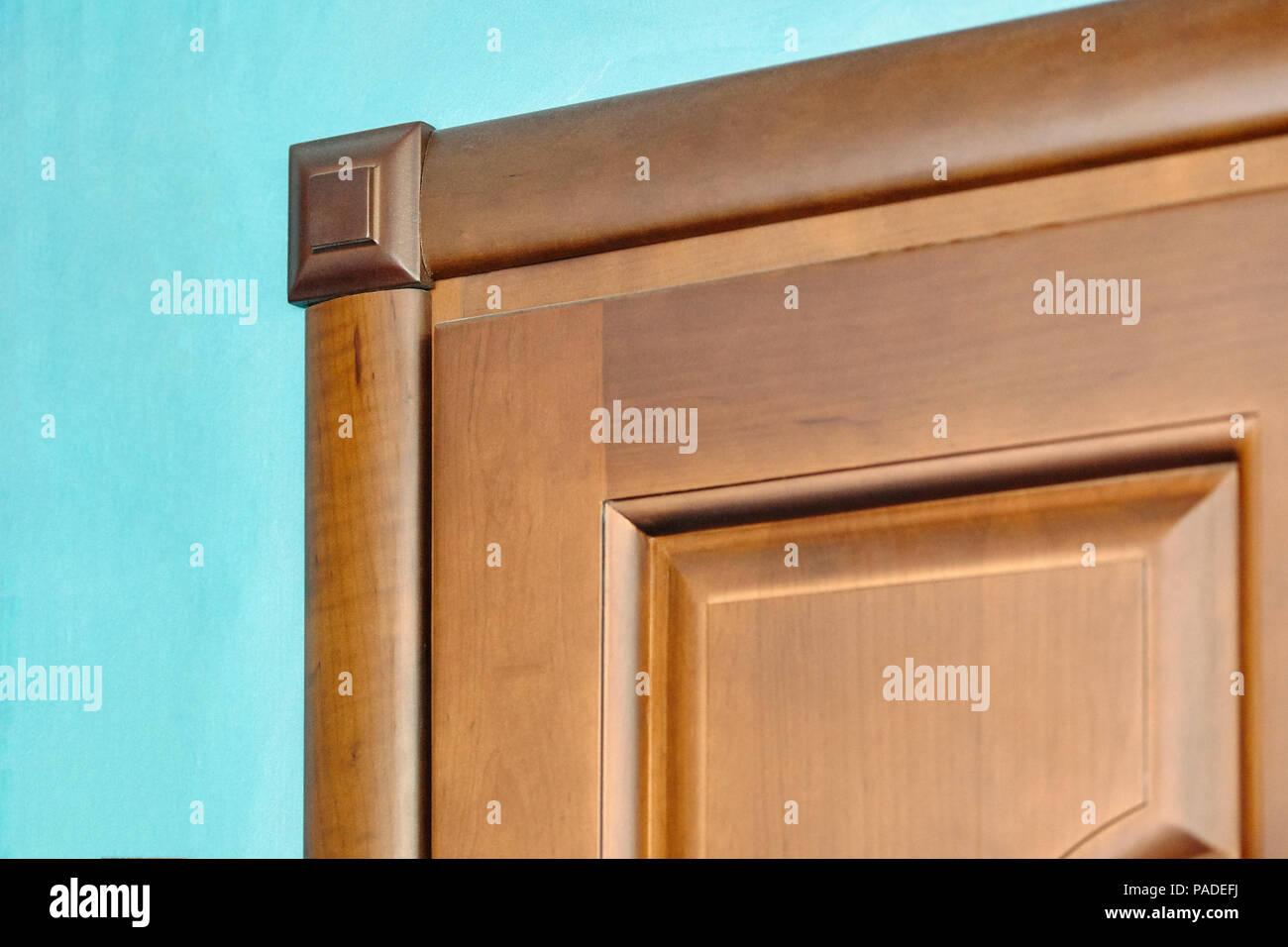 l ment de porte en bois dans un cadre de bois sculpt de. Black Bedroom Furniture Sets. Home Design Ideas