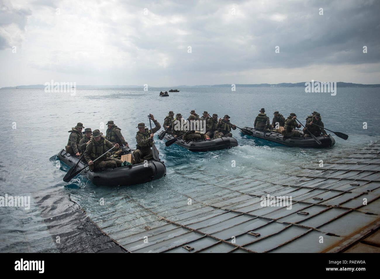 Marines attribuée à la société F de l'équipe d'atterrissage du bataillon, 2e Bataillon, 5ème Marines, 31e Marine Expeditionary Unit effectuer le lancement et la récupération des opérations avec la lutte contre le maraudage en caoutchouc de l'artisanat et pont du quai de transport amphibie USS Denver LPD (9). Denver est attribué à l'Bonhomme Richard Groupe amphibie et est en train de mener des opérations dans la 7e flotte américaine Zone d'opérations. Banque D'Images