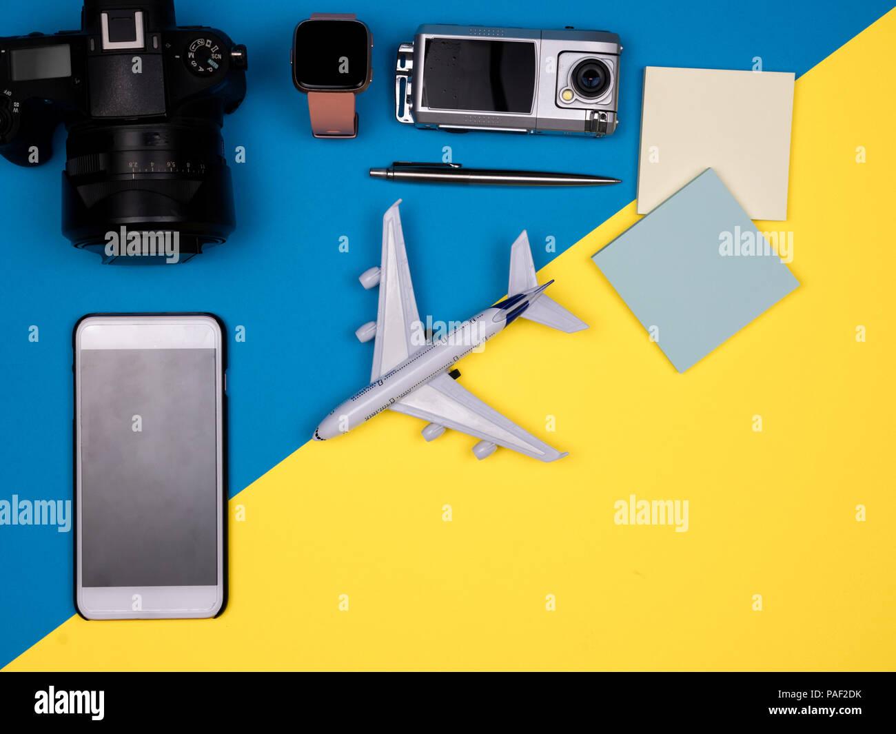 Appareil photo, smartphone, avion, regarder, appareil photo d'action, un stylo, des notes Photo Stock