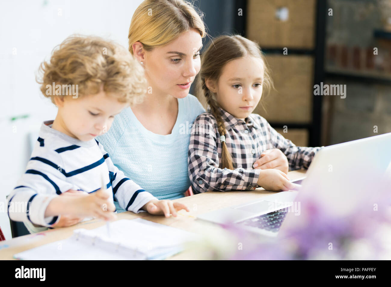 Mère avec enfants Photo Stock