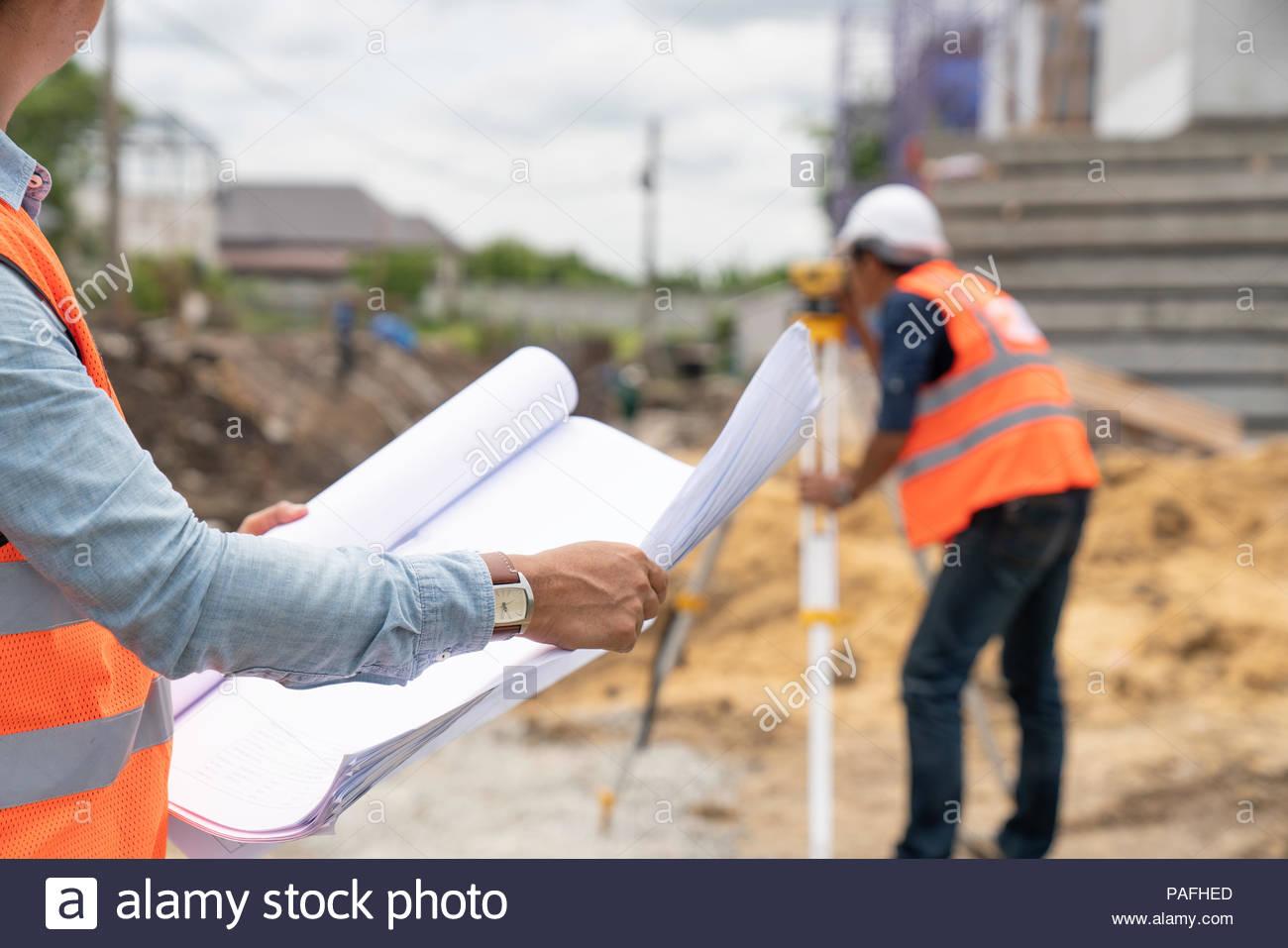 Ingénieur travaillant sur chantier Photo Stock