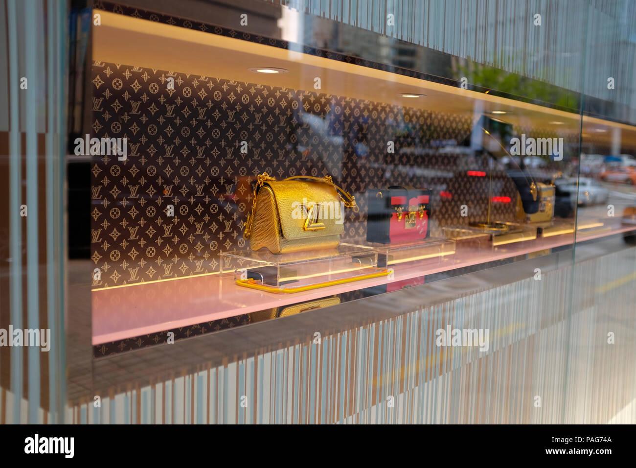 2ddda874a7 Chaussures pour femmes et des sacs à main sur l'affichage chez Louis Vuitton  luxury