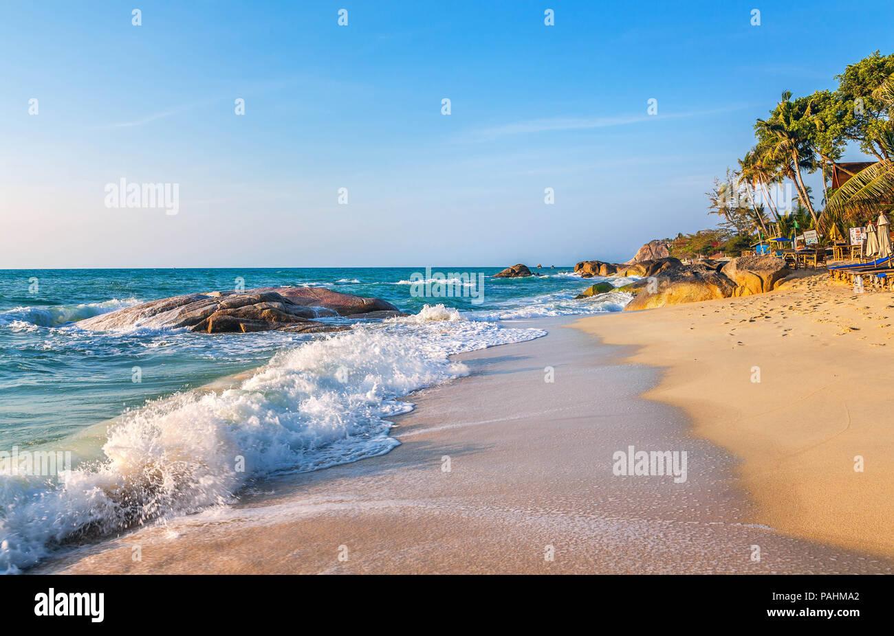 Lever du soleil sur la plage de Lamai à Koh Samui en Thaïlande. Photo Stock