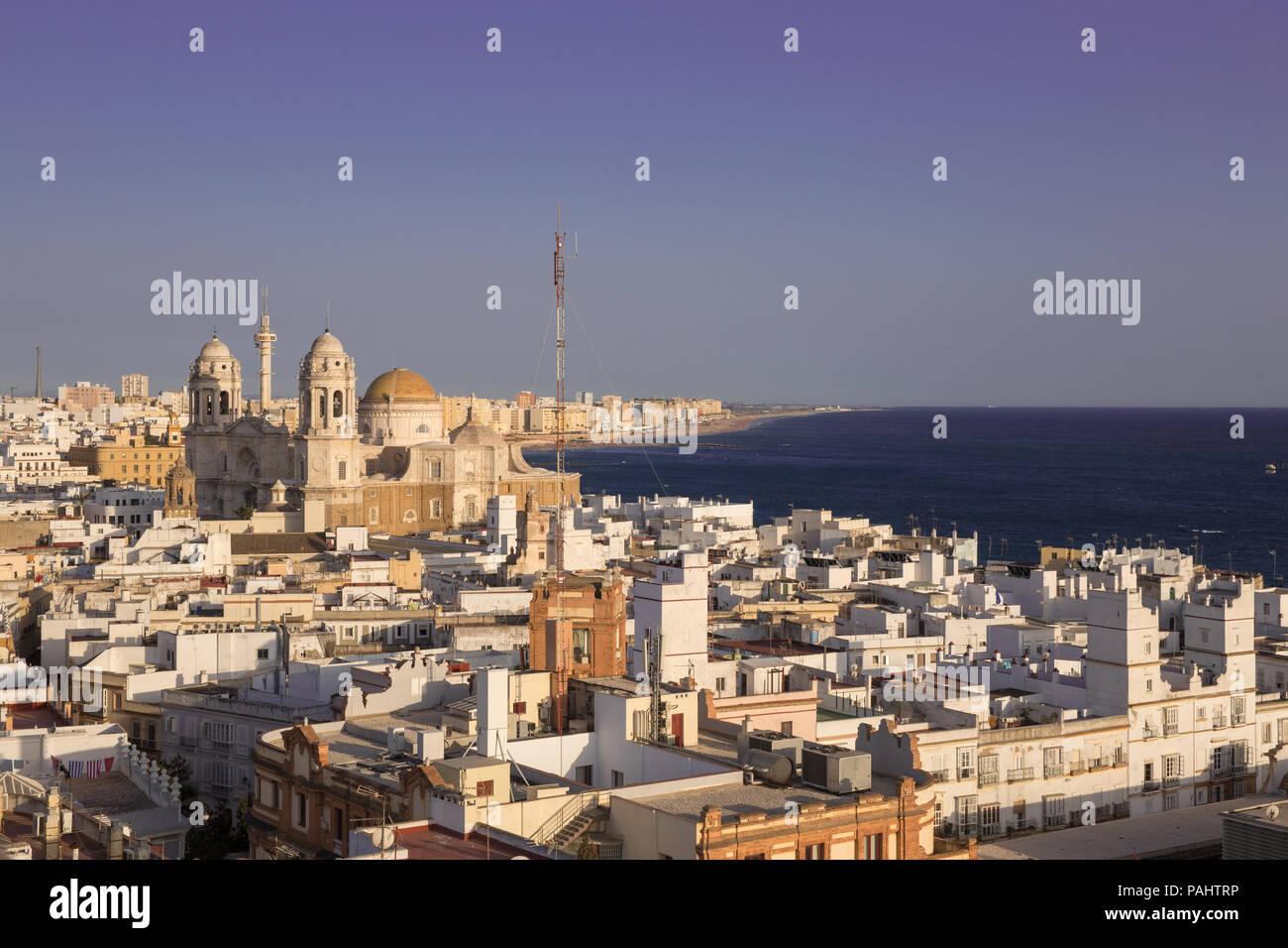 Vue Aérienne Vue panoramique de la vieille ville et les toits de la cathédrale de Santa Cruz, dans l'après-midi de la Tour Tavira à Cadix, Andalousie Banque D'Images