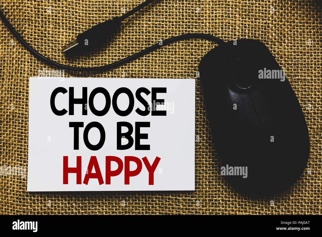 Écrit remarque montrant choisir d'être heureux. Photo d'objets américains décident d'être de bonne humeur smiley joyeux heureux aux côtés de la souris traditionnelle Photo Stock