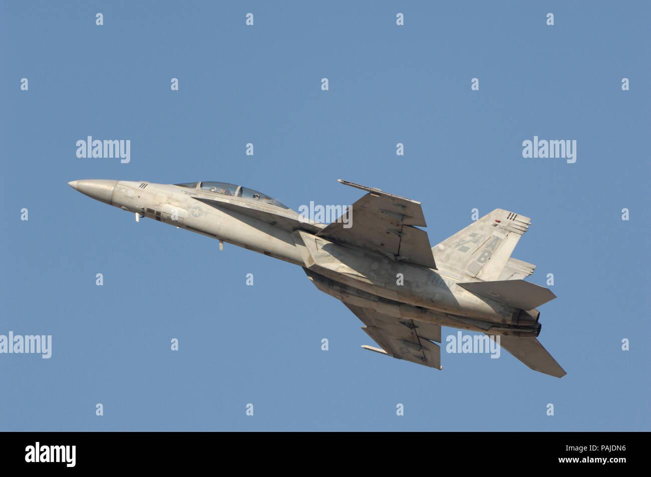 US Navy Boeing F/A-18F Super Hornet flying-affichage à la Dubai AirShow 2007 Banque D'Images