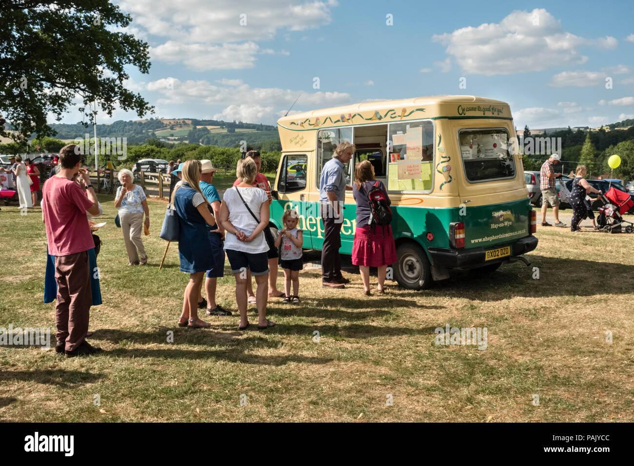 Presteigne, Powys, au Royaume-Uni. Une file d'attente pour les glaces à l'échelle locale pendant la vague de Carnaval 2018 Photo Stock