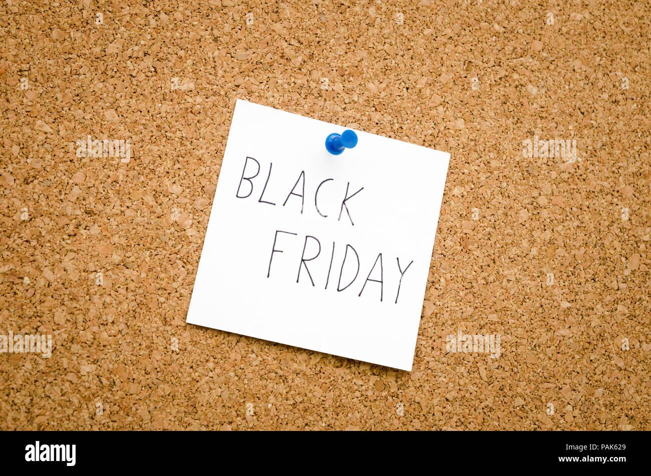 Vendredi noir rappel note épinglée sur un tableau d'affichage afin de ne pas oublier de faire des plans pour la grande vente Photo Stock