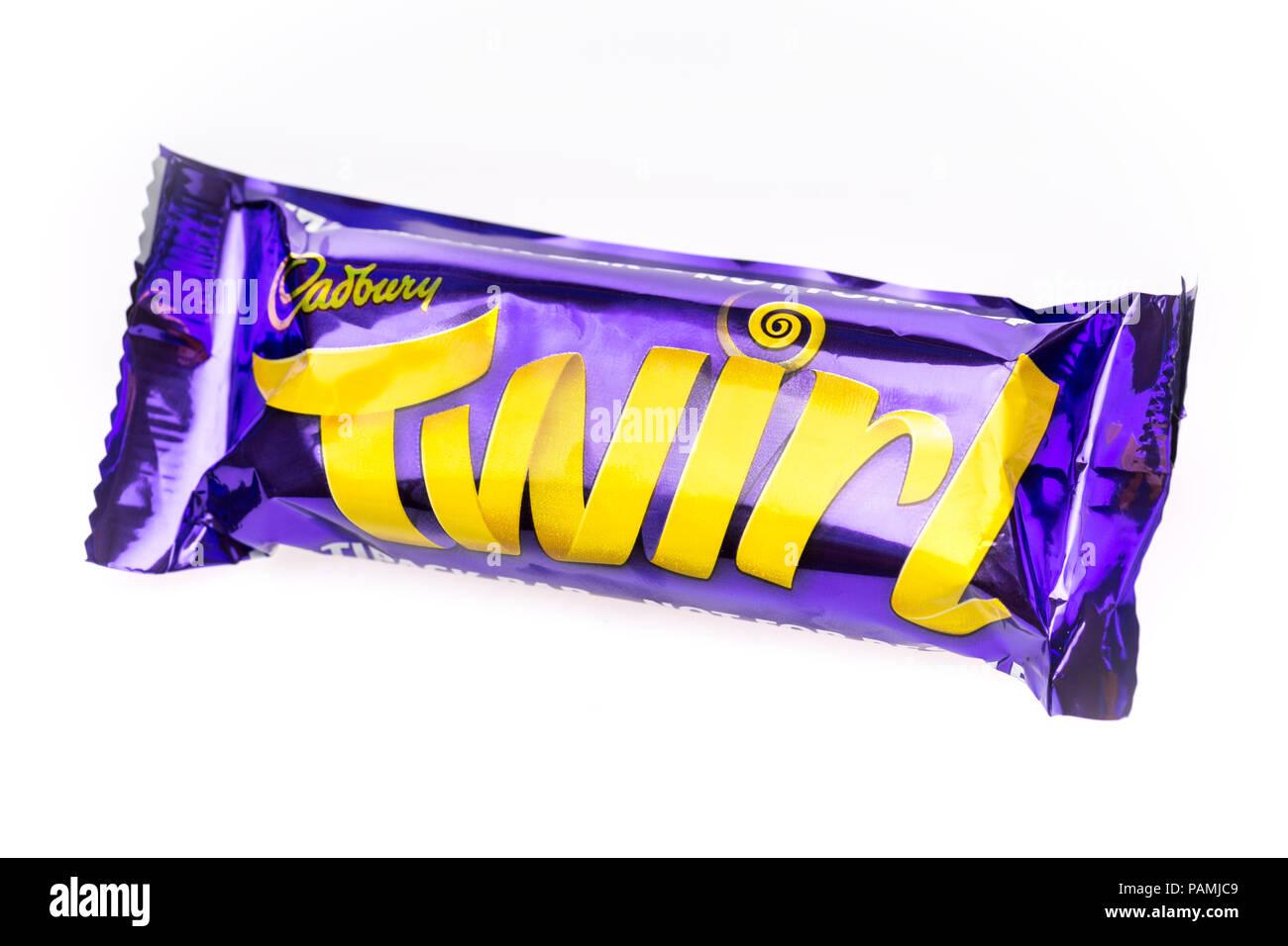 Barre de chocolat Cadbury virevolter sur un fond blanc Photo Stock