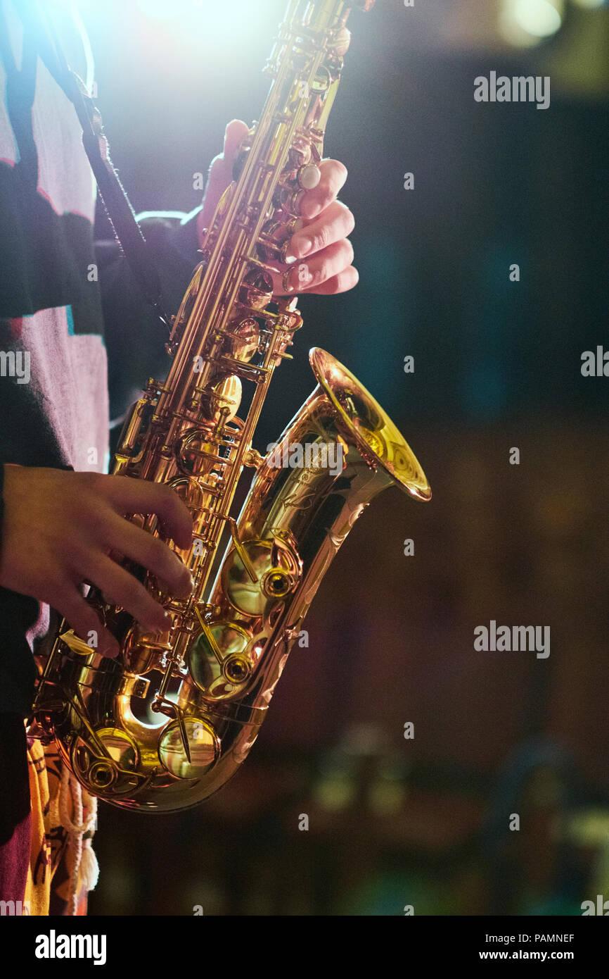 Un saxophoniste jouant dans une salle de concert de Londres. Banque D'Images