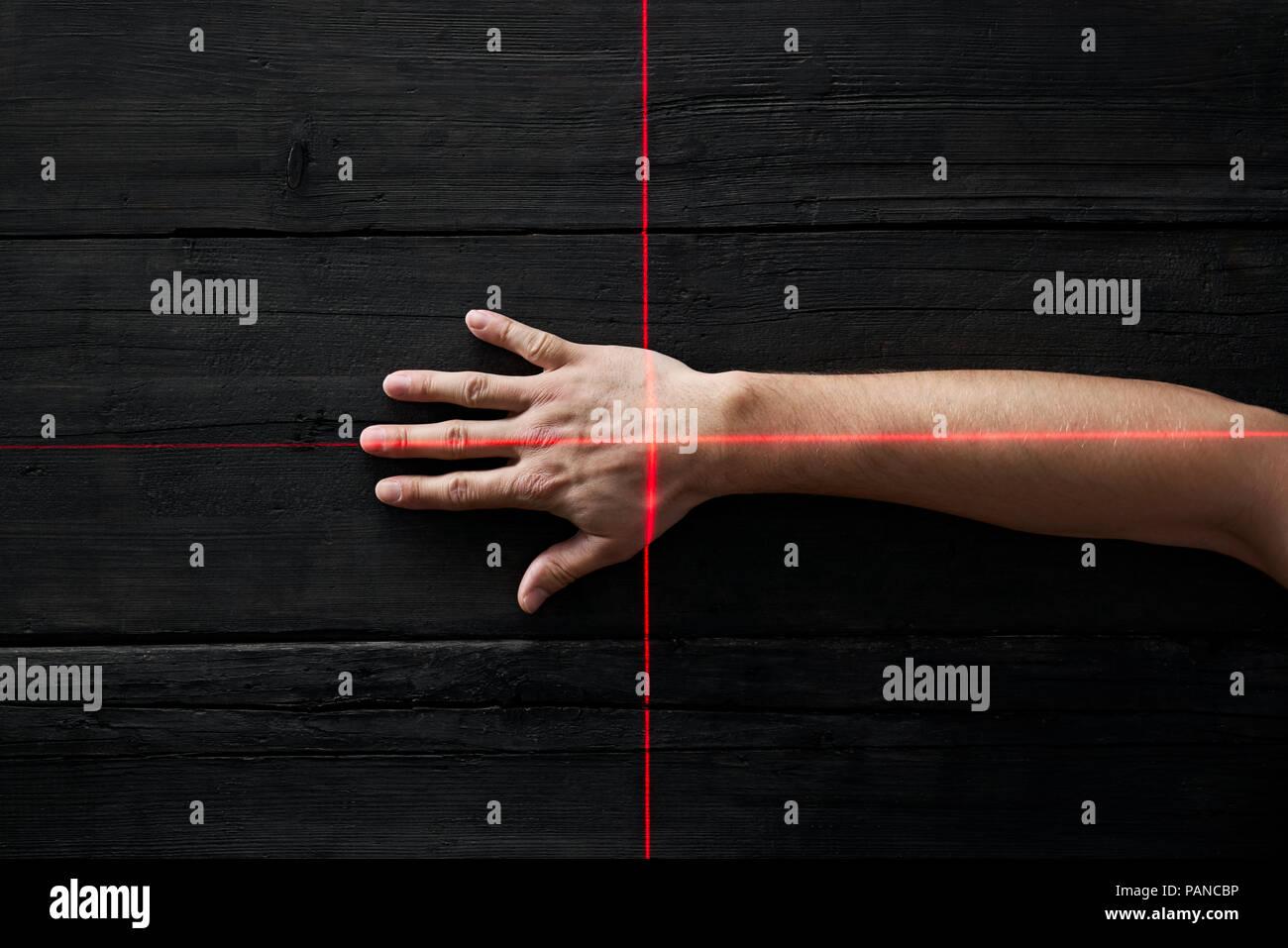 La main de l'obtention de son analyse par rayons de lumière rouge Photo Stock