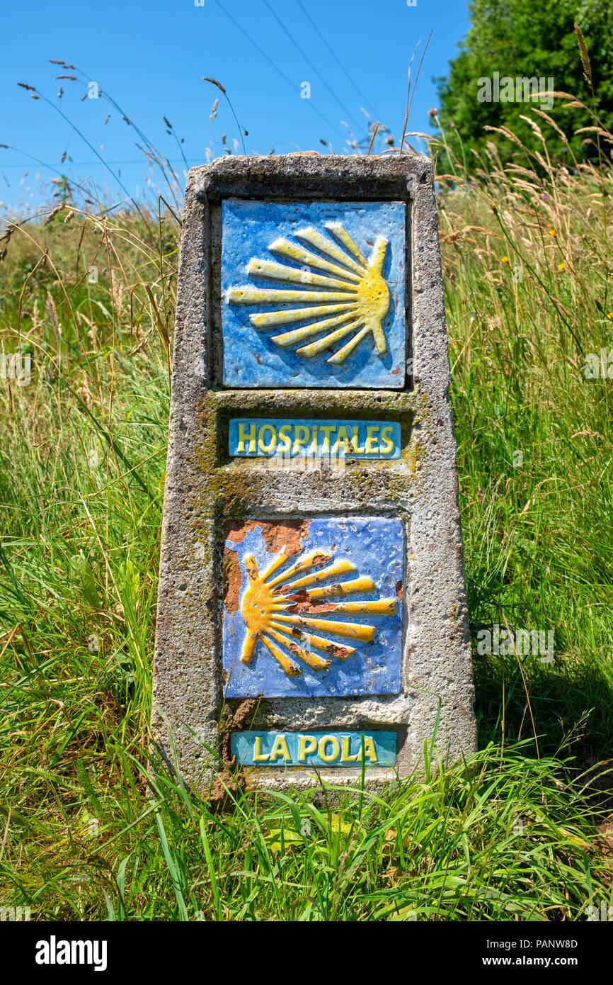 Primitivo Camino de Santiago waymarkers signalant un carrefour entre la Routa de Hospitales et La Pola de Allande, Asturias, Espagne Photo Stock