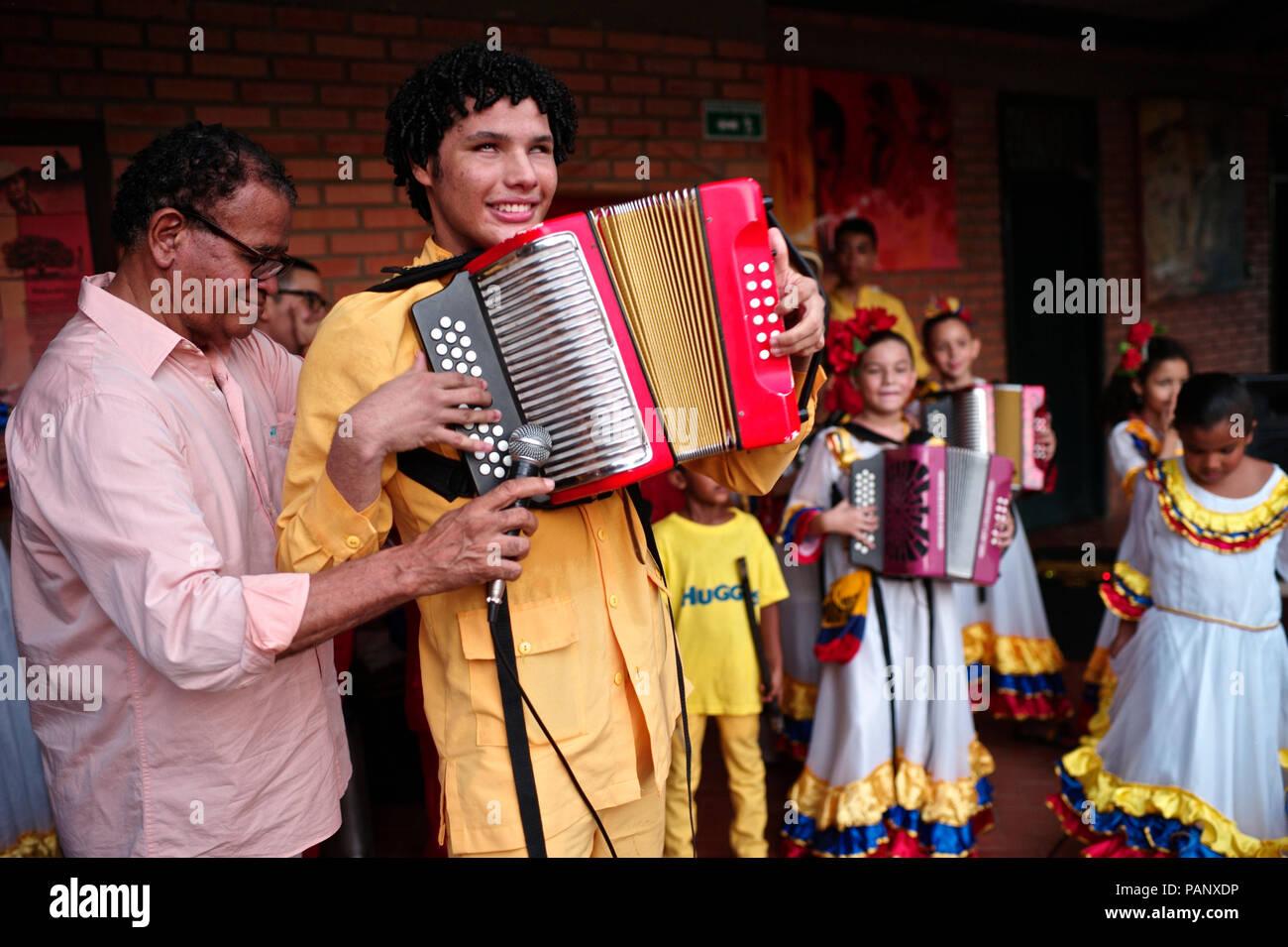 Andres Gil's 'Turco accordéon academy forme les jeunes enfants dans la musique de vallenato, beaucoup d'entre eux sont des réfugiés de la violence ou de vivre dans la pauvreté Banque D'Images