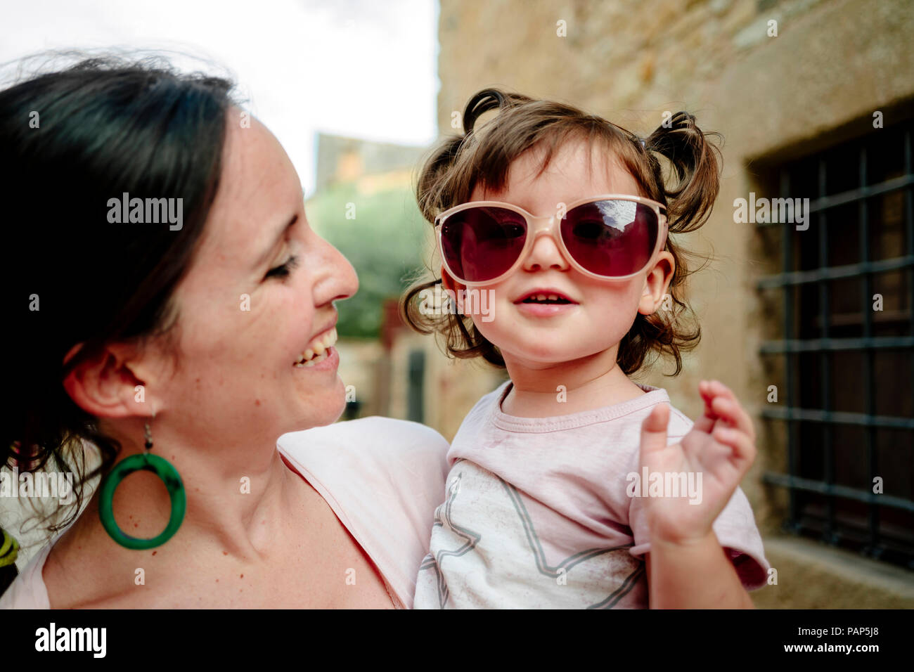 Happy baby girl wearing mother's lunettes de soleil Photo Stock