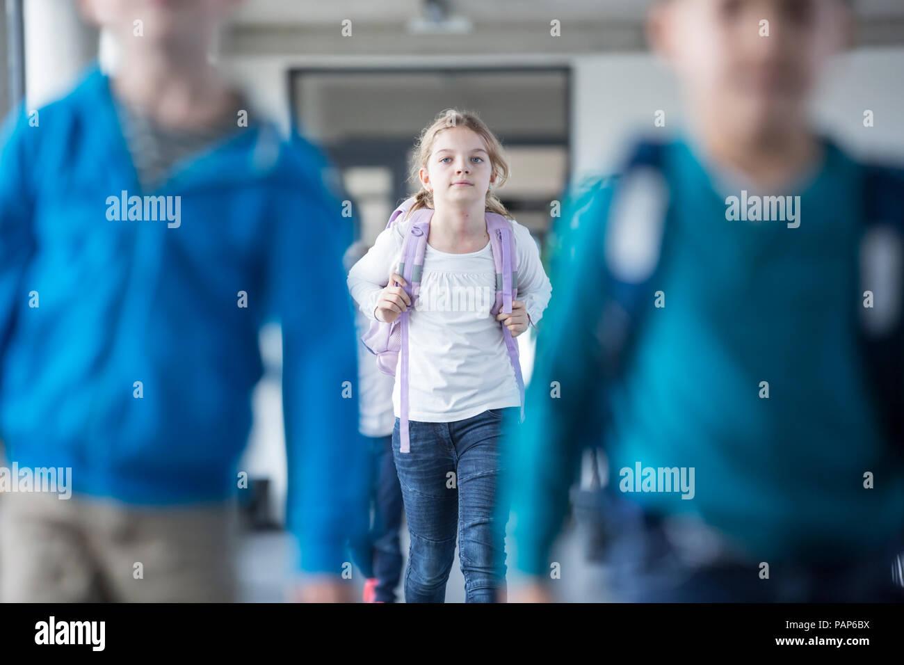 Lycéenne avec des camarades de leur sortie de l'école Photo Stock